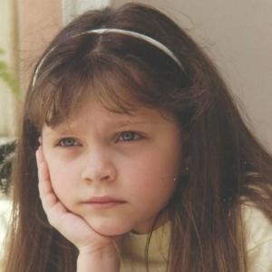Cecília Dassi completa 22 anos de vida nesta terça-feira (6/12/11). A atriz gaúcha começou sua carreira ainda muito pequena no papel de Sandrinha (foto), destaque na novela 'Por Amor', escrita por Manoel Carlos em 1997.