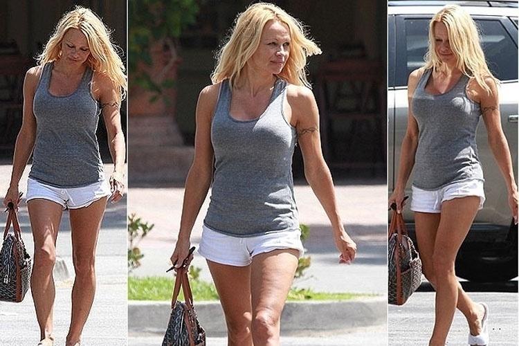 """Pamela Anderson, que ficou famosa por sua atuação em """"SOS Malibú"""", exibe celulite em passeio pelas ruas de Los Angeles. (17/06/2010)"""
