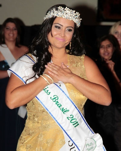 A primeira Miss Brasil Plus Size, B&#225;rbara Monteiro, ao final do concurso (29/2/12)