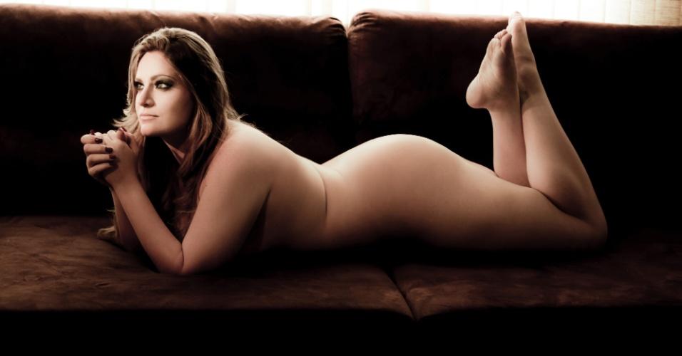 A Miss Plus Size paulista, Carla Manso (25), posou para ensaio de nu artístico com a intenção de