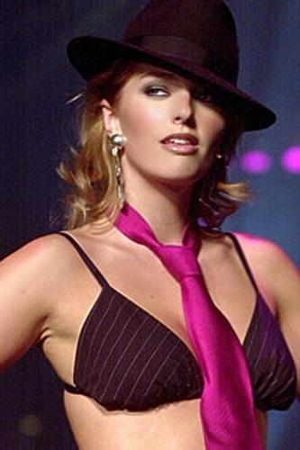 """Kate Dillon já foi uma modelo """"comum"""", mas parou de brigar com a balança e foi eleita a 6ª modelo mais """"plus size"""" do """"AskMen.com"""""""