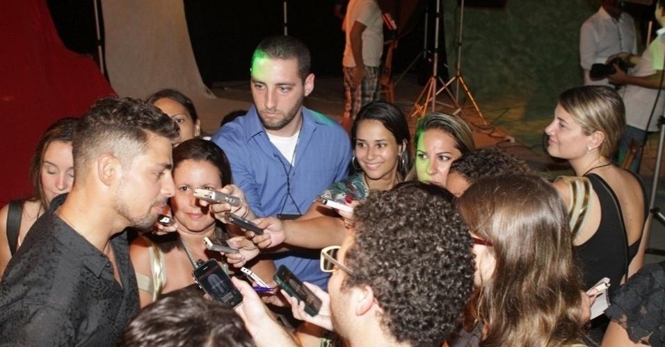 """... por jornalistas na festa de lançamento da novela """"Avenida Brasil"""" no"""
