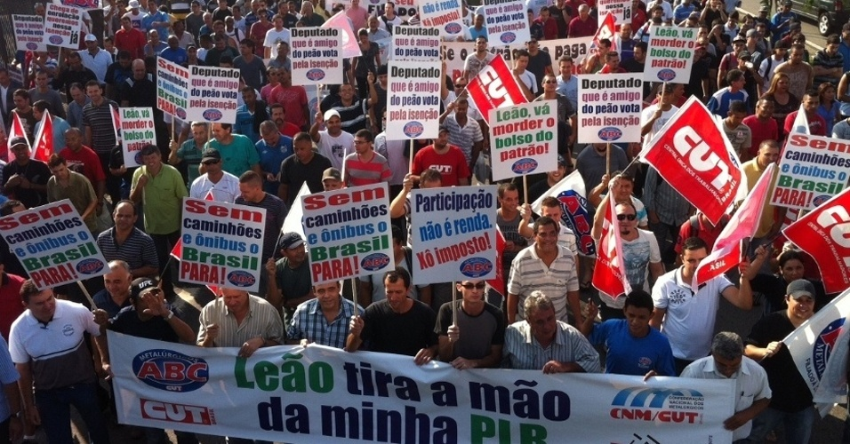 Cerca de 10 mil metalúrgicos do ABC paulista participaram na manhã desta quarta (21) de um protesto contra a cobrança do Imposto de Renda sobre a Participação nos Lucros e Resultados. A marcha tomou a pista da direita da Via Anchieta entre os quilômetros 13 e 18, no sentido litoral. O protesto acabou antes das 11h, mas ainda havia lentidão na saída de São Paulo.