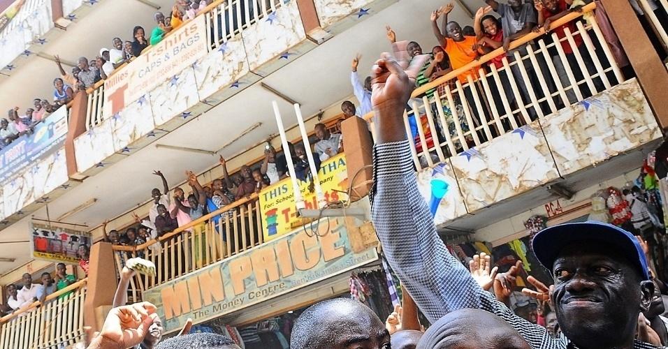 Líder da oposição de Uganda, Kizza Besigye, acena para a população momentos antes de ser preso pela polícia, nesta quarta-feira (21), em Campala, capital do país, acusado de envolvimento na morte de um policial