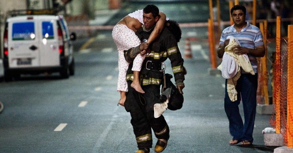 Mulher é socorrida por bombeiro após passar mal devido a vazamento de gás na rua Amaral Gurgel, no centro de São Paulo. Uma quadra da avenida ficou interditada na madrugada desta quarta-feira (21) por aproximadamente uma hora por causa do vazamento em uma tubulação da concessionária Comgás.