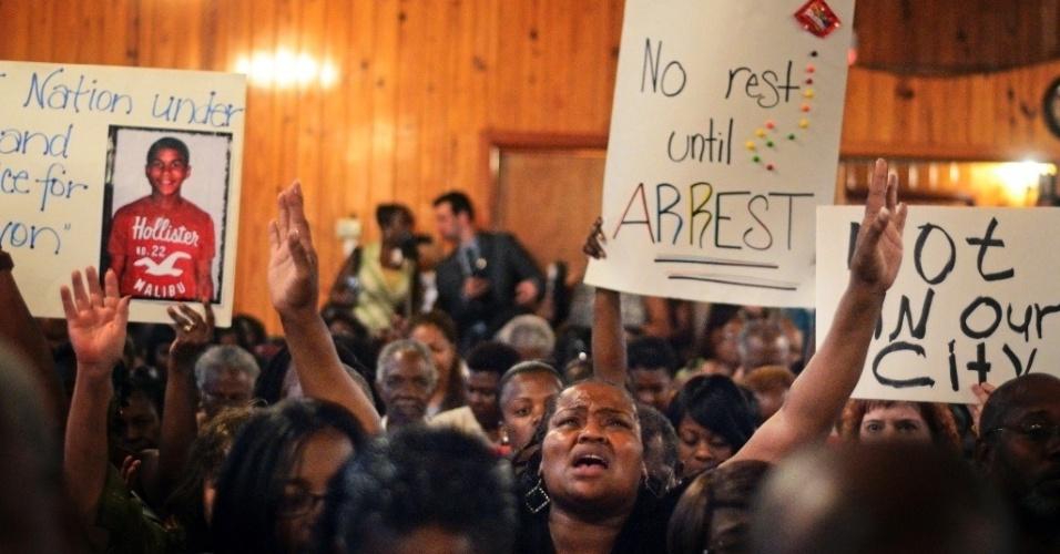 Mulher faz prece em igreja de Sanford, na Flórida, nos Estados Unidos, durante reunião para falar sobre o assassinato de Trayvon Martin, 17