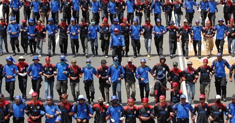 Trabalhadores marcham até o palácio presidencial em Jacarta, na Indonésia, para protestar contra os planos do governo de aumentar o preço dos combustíveis no país