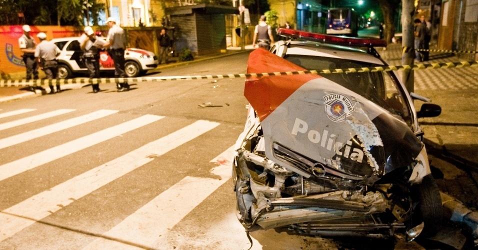 Viatura da Polícia Militar bate em ônibus no cruzamento das ruas Norma Pieruccini Giannotti e Anhanguera, na Barra Funda, zona oeste de São Paulo. Dois PMs ficaram feridos.