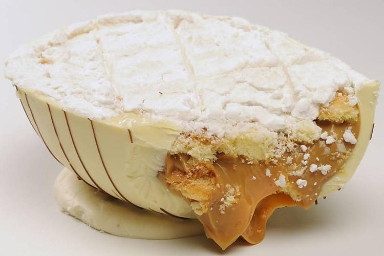 Ovo bem-casado, com chocolate branco recheado com pão-de-ló e doce de leite e coberto com açúcar de confeiteiro, da Dona Deôla (R$ 47,90 o quilo)