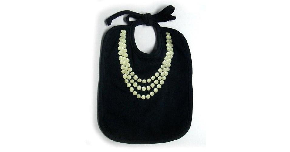 Babador forrado com tecido impermeável da loja Q-Vizu (www.qvizu.com.br). O acessório ainda leva um colar de pérolas, para deixar o bebê muito mais chique. Preço: R$ 29. Preço consultado em março de 2012