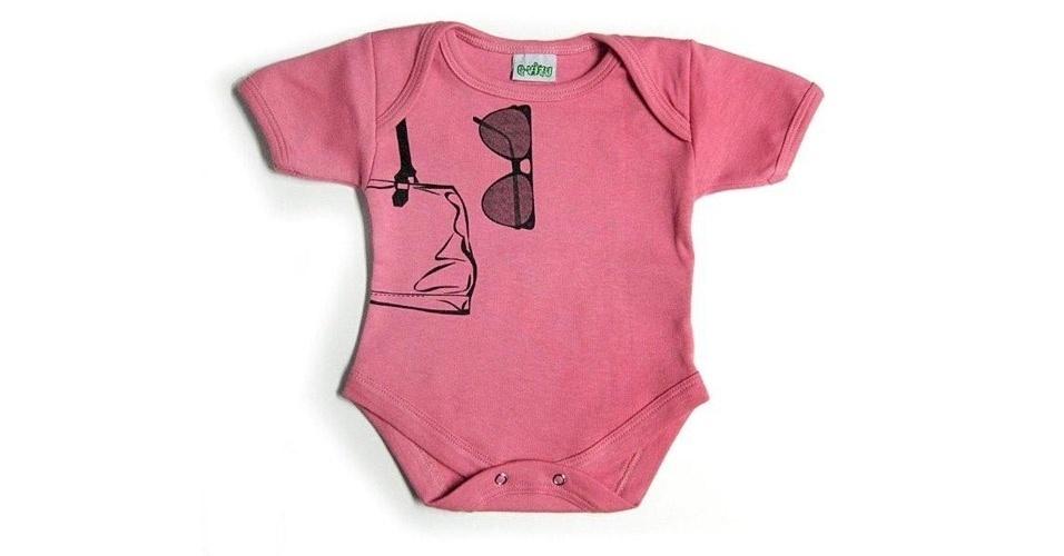 Body feminino com estampas de bolsa e óculos escuros. Confeccionado de algodão. Disponível nos tamanhos P, M, G e GG. Preço: 69, na Q-vizu (www.qvizu.com.br). Preço consultado em março de 2012