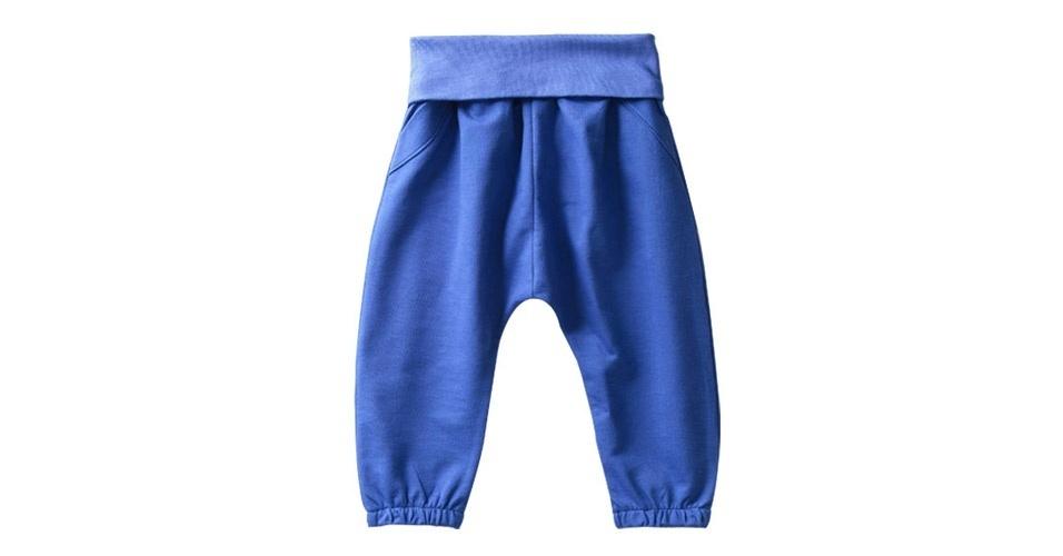 Da loja Bebê Boutique (www.bebeboutique.com.br), calça saruel com cós e tornozelos com elástico, bolsinhos atrás e falsos bolsos na frente