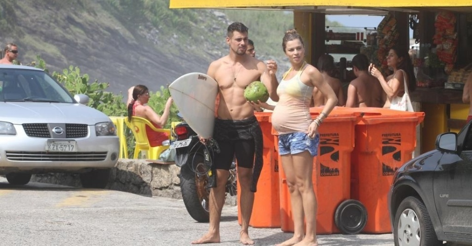 O casal Cauã Reymond e Grazi Massafera, que está grávida de sete meses, curtiram o domingo de sol na Prainha, no Recreio dos Bandeirantes, RJ (25/3/12)