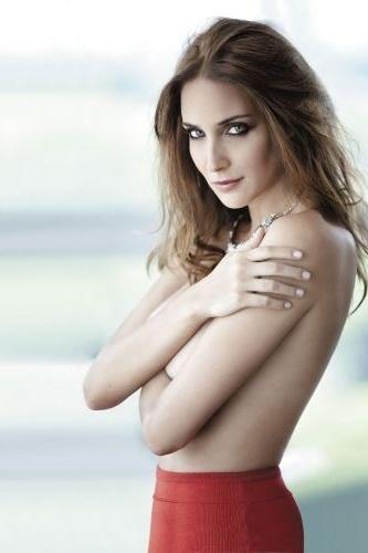 """A atriz Patrícia Barros, 30, posou sem blusa para a revista """"VIP"""", da qual estampa a capa no mês de abril. Protagonista de """"Corações Feridos"""" (SBT), a mineira de Itabira começou a carreira como modelo, assim como a irmã Ana Beatriz Barros."""