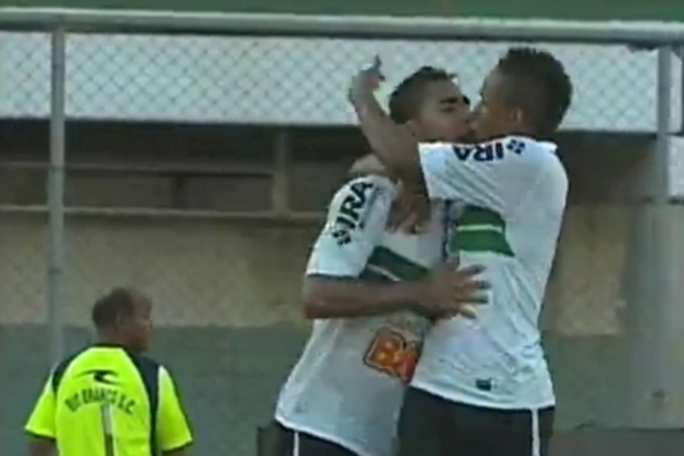 A euforia de ter marcado o primeiro gol no Coritiba do ano levou o Zagueiro Demerson a cometer uma cena inusitada: um 'selinho' acidental no jogador Rafael Silva