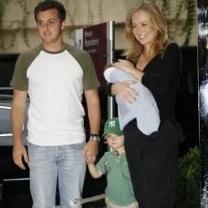 A família reunida na saída da maternidade: papai Huck segurando a mão de Joaquim, e mamãe Angélica com o pequeno Benício nos braços (nov.2007).