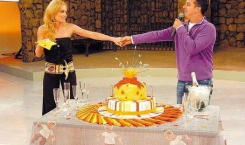 A loira demonstra amor e carinho ao marido no aniversário de Luciano, comemorado no 'Caldeirão do Huck' (ago.2006).
