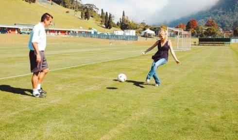 Angélica bate bola com Dunga, técnico da seleção brasileira, durante o programa 'Estrelas' (jun.2007).