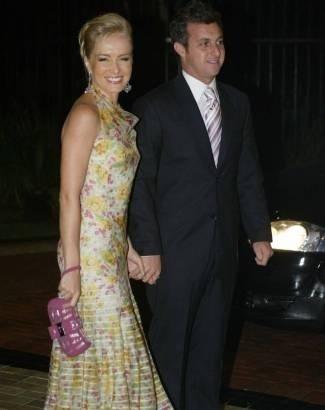 Angélica chega deslumbrante, ao lado do marido, ao casamento de Ana Maria Braga e Marcelo Frisoni, em São Paulo. Os apresentadores foram padrinhos dos noivos (mar.2007).