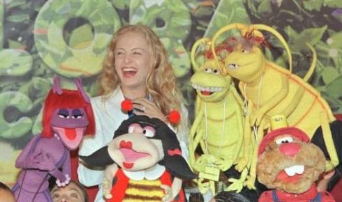 Angélica, de cabelos ondulados, posa ao lado de personagens da novelinha 'Flora Encantada', da Rede Globo (out.1999).