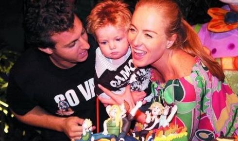Angélica e Luciano comemoram o primeiro aniversário do pequeno Joaquim (mar.2006). O garoto ganhou um irmãozinho em 2007, chamado Benício.