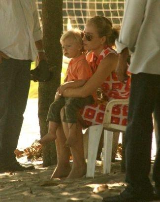 Angélica leva o filho Benício, de 2 anos, para passear na praia da Barra da Tijuca (18/11/09). Mãe e filho chegaram e saíram da praia acompanhados por seguranças (de branco).