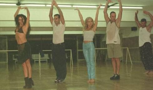 Angélica no ensaio da abertura do Programa '50 Anos de Humor', da Rede Globo (abr.2000). Da esquerda para a direita: Cláudia Ohana, Diogo Vilela, Angélica, Luis Fernando Guimarães e Raul Gazzola.
