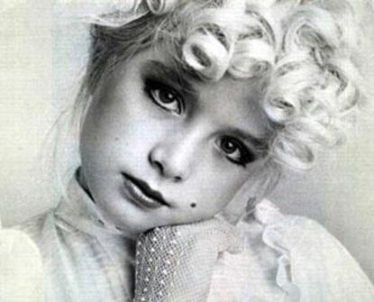 """Angélica teve uma infância diferente da maioria das crianças. Aos cinco anos ela já brilhava em comerciais e dividia seu tempo entre brincadeiras, escolas e gravações. Hoje nem imagina como seria sua vida se não tivesse trilhado os rumos da vida artística. Em entrevista a 'Caras', ela disse que """"era uma menina muito tímida, era complicado e acho que a TV me ajudou muito""""."""