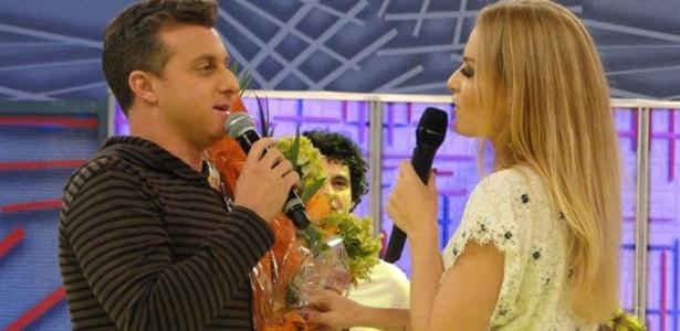 """Celebrando 10 anos do programa 'Videogame', Angélica recebeu convidados especiais no programa. Luciano Huck, marido da apresentadora, saiu do """"Armário da Bagunça"""" com um bolo na mão e um lindo buquê de flores para a amada (23/11/11). A festa também comemorou o aniversário de Angélica, que completou 38 anos no dia 30 de novembro."""