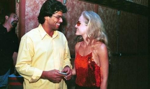 Com os cabelos 'ao natural', Angélica vai com Maurício Mattar, seu namorado na época, a show da banda Jota Quest, no Rio de Janeiro (out.2000).