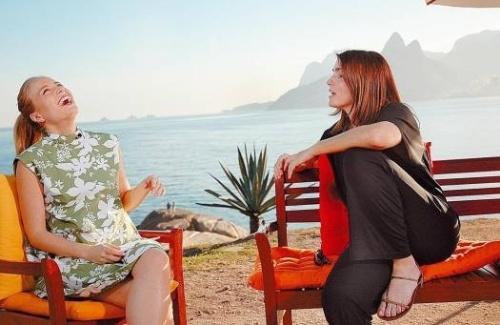 Dando uma gostosa gargalhada ao conversar com a atriz Malu Mader no programa 'Estrelas' (jul.2007).