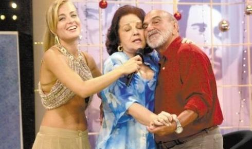 De barriguinha de fora, Angélica grava o 'Videogame' com Lolita Rodrigues e Lima Duarte (nov.2002).