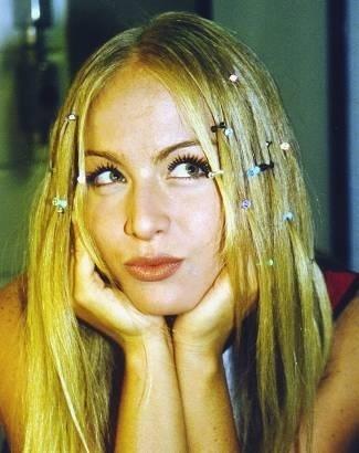 Estilo 'garotinha' com pequenas presilhas nos cabelos (mai.1999).