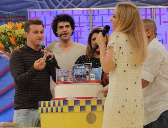 Luciano Huck, Bruno Garcia, Preta Gil, Ang&#233;lica e Eri Johnson comemoram a festa surpresa dedicada &#224; apresentadora pelos 10 anos do programa &#34;Videogame&#34; e por seus 38 anos, que ser&#227;o completados no dia 30 de novembro.