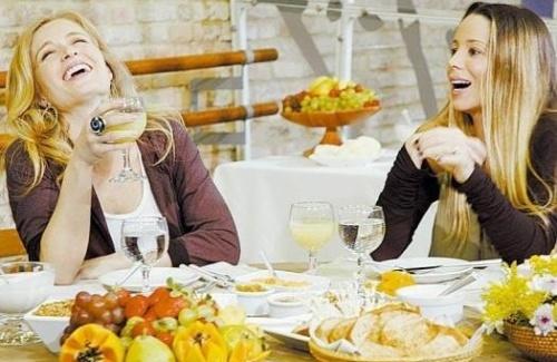 Mais uma vez dando uma gostosa gargalhada, Angélica, grávida do segundo filho, conversa com Danielle Winits, também grávida, no programa 'Estrelas' (set.2007).