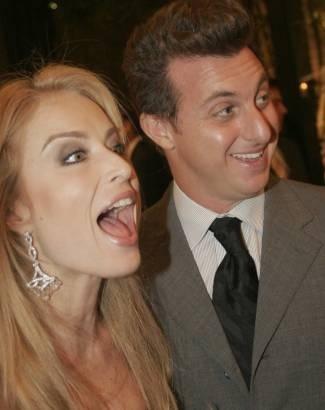 Sempre alegre ao lado do marido Luciano Huck (jul.2006).