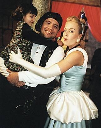 Vestida de Cinderela, a apresentadora grava 'Casseta e Planeta' junto com o falecido Bussunda (out.1999).