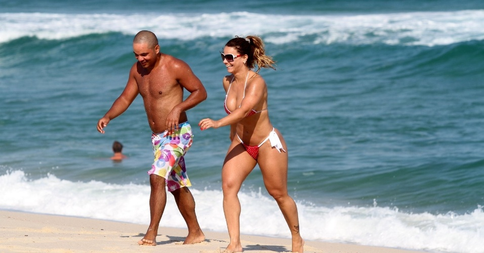 Viviane Arajo aproveita tarde de Sol em praia, no Rio de Janeiro (2/4/12)