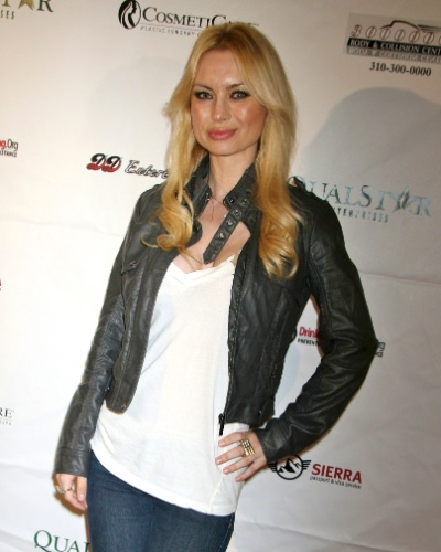 A atriz Izabella St. James namorou Hugh Hefner de 2002 até 2004. Após o fim do namoro, Izabella lançou um livro falando mal dos bastidores da mansão de Hefner, conquistando antipatia do dono da revista.