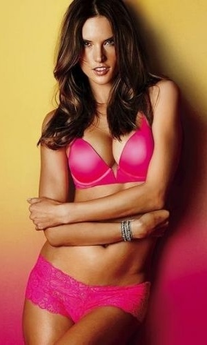 A top brasileira Alessandra Ambrosio fez um ensaio sensual de lingerie para a Victoria's Secret. Nas imagens, a angel aparece com uma pequena barriga saliente. A modelo est grvida pela 2 vez do marido, Jamie Mazur (22/2/12)