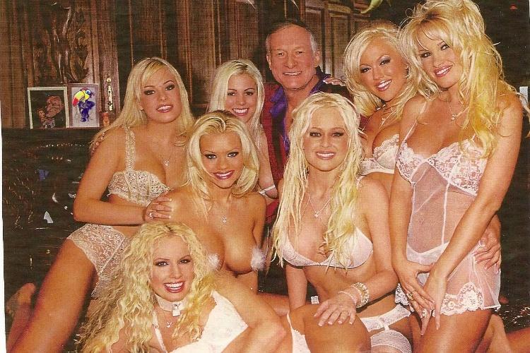 Em 2004, Hugh Hefner morava com sete mulheres, três namoradas e quatro coelhinhas da revista Playboy
