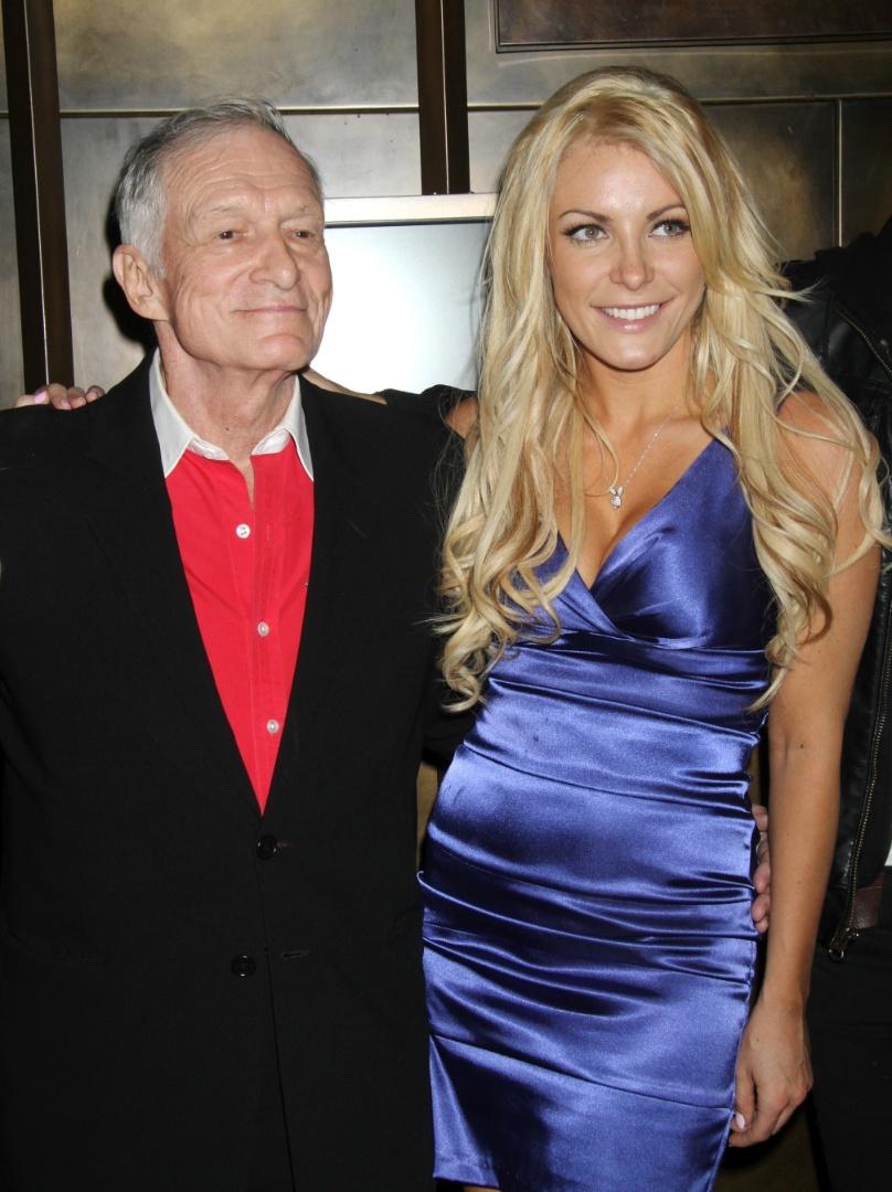 """O namoro de Hugh Hefner e Crystal Harris, 25 anos, também começou pouco tempo depois que suas três namoradas o deixaram. Eles se conheceram quando ela trabalhava em uma festa de Hefner em sua mansão. os dois ficaram noivos em 2010, quando Crystal se tornou o única mulher """"oficial"""" de Hefner."""