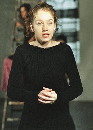 """A atriz Camila Morgado durante ensaio da peça """"Ventriloquist"""", de Gerald Thomas (11/12/99)"""