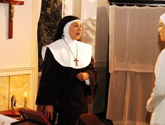"""A atriz Marly Bueno atuou na novela """"Páginas da Vida"""" (2006) da TV Globo, interpretando a Irmã Maria. Na imagem, aparece ao lado da atriz Letícia Sabatella"""