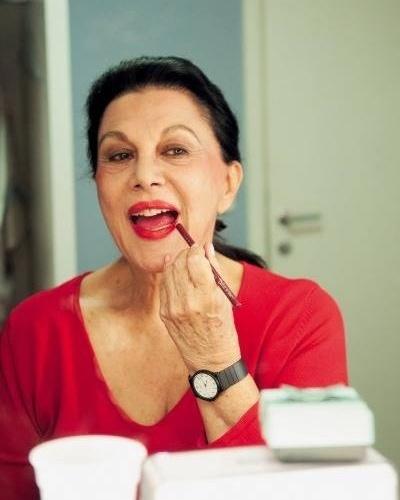 """A atriz Marly Bueno se prepara para entrar em cena na peça """"O Pacto das 3 Meninas"""" (maio de 2011)"""