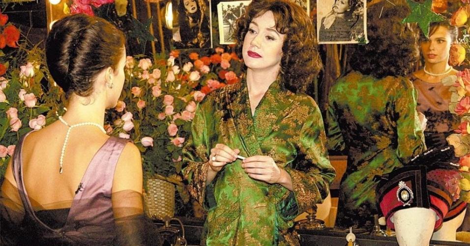 """As atrizes Camila Morgado (como Cacilda Becker) e Débora Falabella (como Raquel) em cena da minissérie """"Um Só Coração"""", da Rede Globo (2004)"""