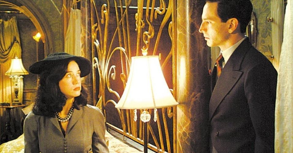 """Camila Morgado e Caco Ciocler em cena do filme """"Olga"""", de Jayme Monjardim (2004)"""