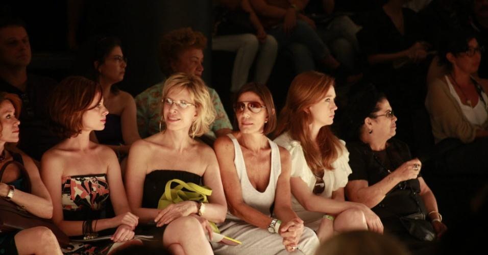 Da esquerda para a direita, Daniele Valente, Marília Gabriela, Mila Moreira e Camila Morgado assistem aos desfiles do São Paulo Fashion Week de 2010
