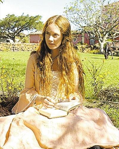 """Na minissérie """"A Casa das Sete Mulheres"""", a atriz Camila Morgado interpretou a personagem Manuela de Paula Ferreira (2003)"""