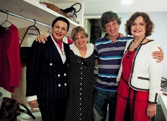"""Nos bastidores da peça """"O Pacto das 3 Meninas"""", Marly Bueno (das esq. para a dir.) posa com Camila Amado, o diretor Ernesto Piccolo e a atriz Rosamaria Murtinho (maio de 2011)"""